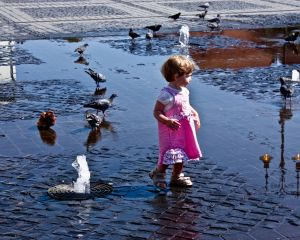 1209814_little_girl_with_pigeons.jpg